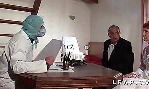 Numbing vieille mariee se fait defoncee le cul chez le gyneco en threesome avec le mari