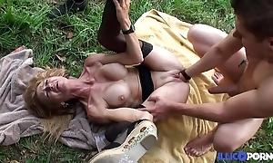 Bonne cougar blonde et bien adult baisée dans un champ [full video]