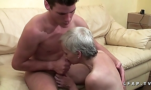 Mamy unregenerate veut du sperme chaud de jeunot mob lady actresses porno